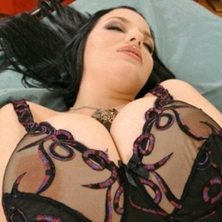 Femme avec formes généreuses recherche un mec pour du sexe