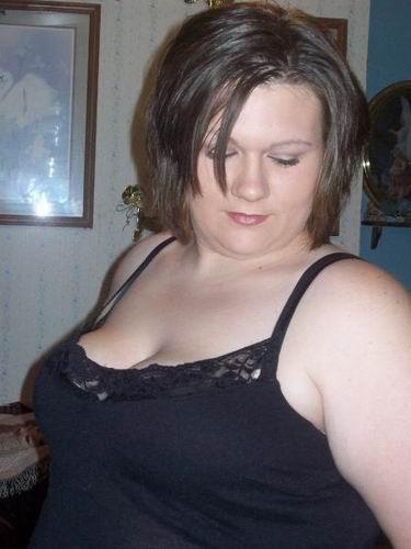 Anaïs, brunette de 31 ans aux gros seins à nouveau célibataire