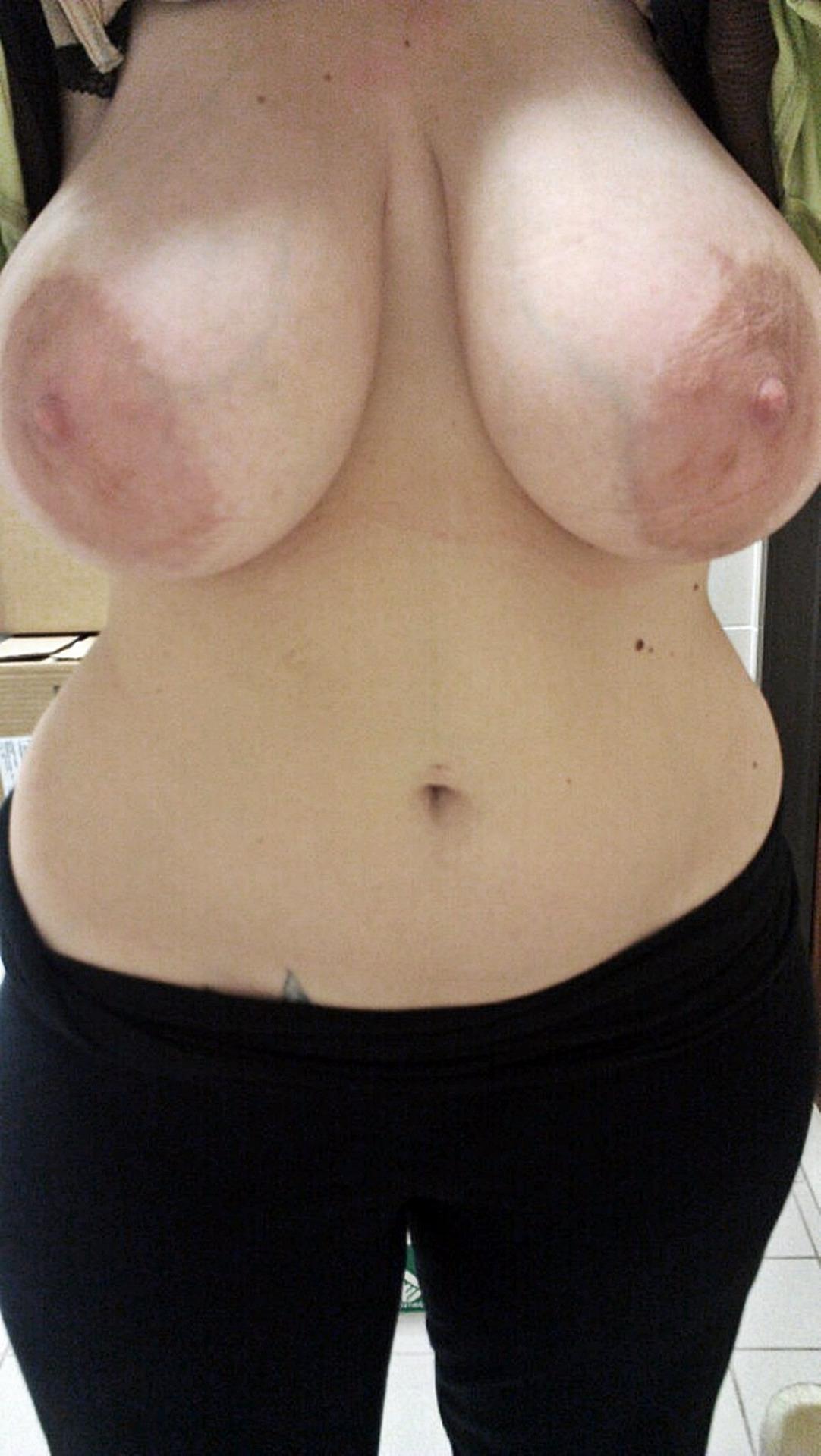 Trentenaire avec des seins énormes cherche plan cul d'un soir